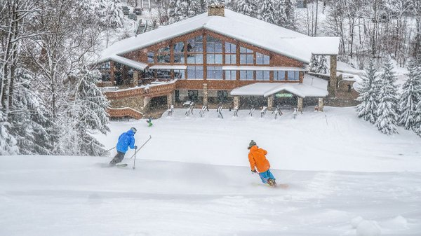 Holiday-Valley-Skiers-heading-to-Yodeler-Lodge.jpg